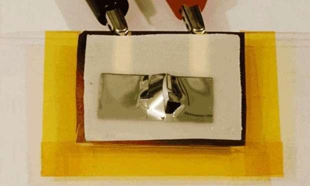 Voici la feuille polymère dont le volume peut augmenter sous l'effet de la chaleur et venir détruire une puce électronique. © Muhammad Hussain, KAUST