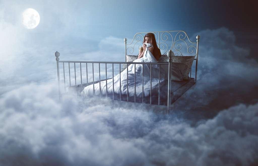 Le sommeil paradoxal est le moment privilégié pour les rêves. Si la durée du sommeil est plus longue, le nombre de ces épisodes est plus grand, la probabilité de faire un cauchemar aussi. © lassedesignen, Fotolia
