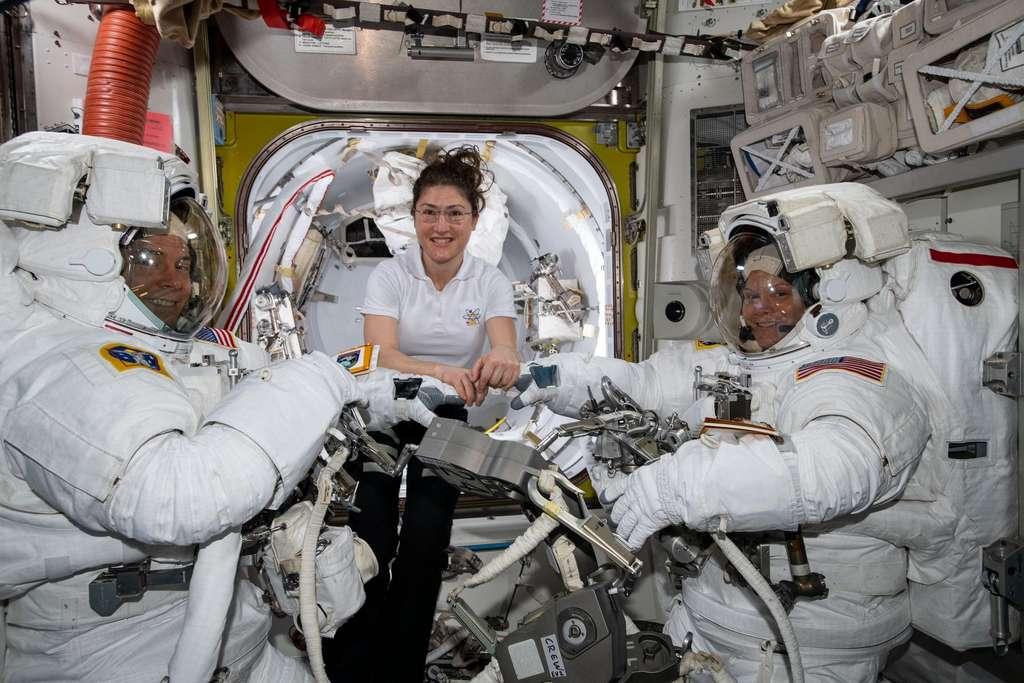 L'astronaute de la Nasa Christina Koch (au centre) aide ses compatriotes Anne McClain et Nick Hague à se préparer à leur sortie extravéhiculaire du 22 mars 2019. © Nasa