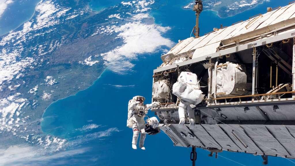 La Chine a aujourd'hui les capacités pour débuter la construction de sa station spatiale. À l'image, deux astronautes de l'ISS lors d'une sortie dans l'espace. © Nasa