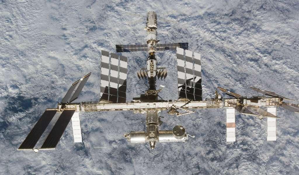 Dix ans après les premiers modules russes et américains, l'Europe et le Japon ont également lancé leur laboratoire scientifique (en bas de l'image). © Nasa