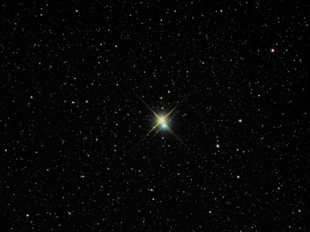 À 380 années-lumière de la Terre, l'étoile double Alibero, la tête du Cygne. Les deux étoiles de couleurs (donc de températures) différentes seraient séparées de 40 unités astronomiques (40 fois la distance entre la Terre et le Soleil) © Richard Yandrick