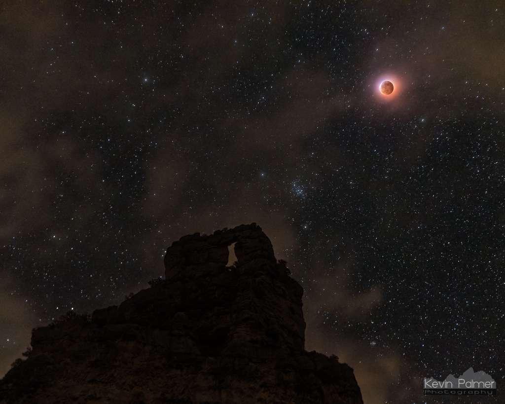 L'éclipse totale de Lune du 21 janvier 2019 au-dessus des montagnes du Wyoming. © Kevin Palmer
