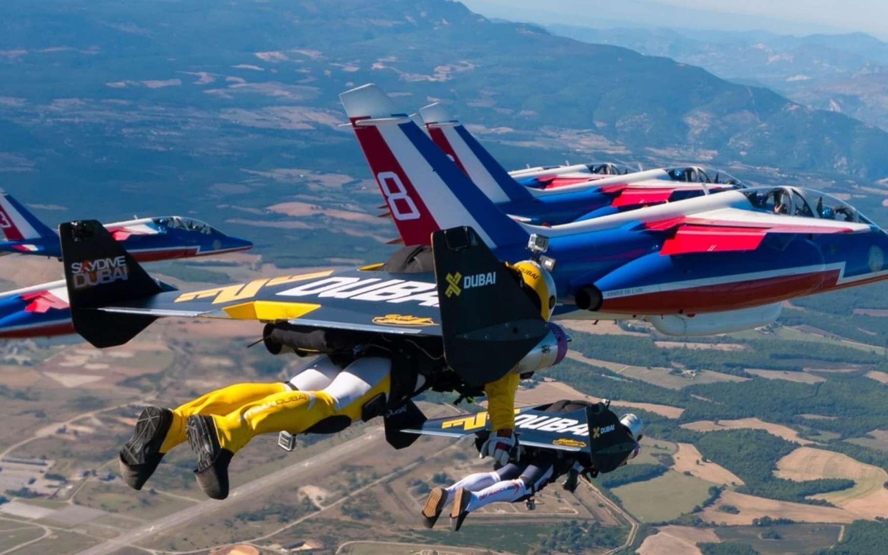 Jetman Trois Hommes Volent Avec La Patrouille De France