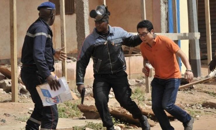 Touriste protégé par les forces maliennes par Pablo Esquer CC BY 40