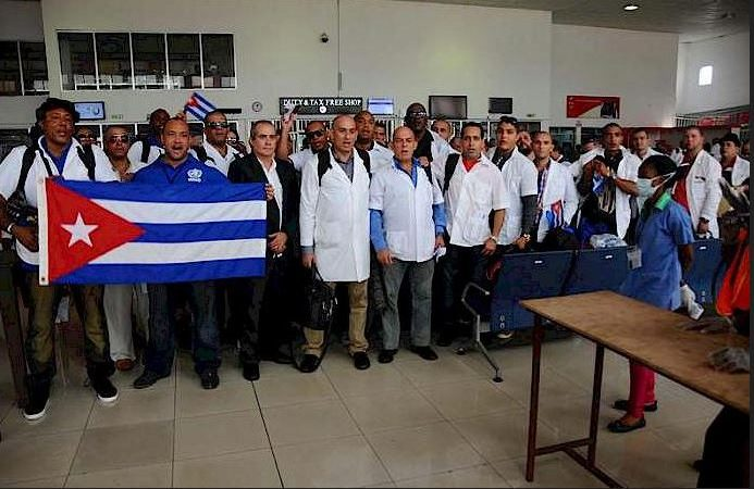 Légende: Après environ 6 mois de lutte contre le virus de l'Ébola au Liberia et en Sierra Leone, 151 médecins et infirmiers cubains sont de retour à Cuba. Source: