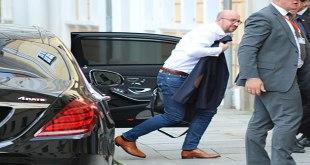 Photo premier ministre belge en train d'entrer dans une hotel de Dresden.