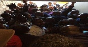 Photo d'une bousculade des politiciens congolais a Bruxelles.