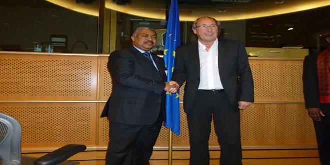 Poigne des mains entre deux politiciens, siege de l'Union Européenne.