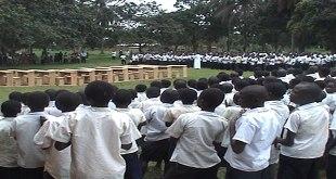 Photo des élèves debout dans un cour de leur école