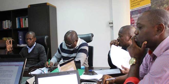 Membres de l'ONG Codelt en reunion.