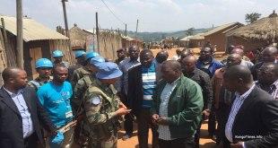 """""""Joseph KABILA"""" [milieu] lors d'une visite a l'Est de RDC."""