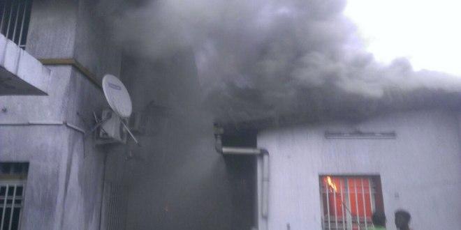 Siege d'un parti d'Opposition incendie.