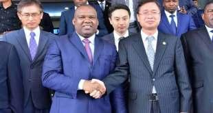 Poignée de main entre l'Ambassade de Corée du sud [droite] et le president de la CENI, à Kinshasa.