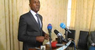 André-Alain ATUNDU LIONGO, porte-parole de la MP de Kabila, lors d'une conference de presse.