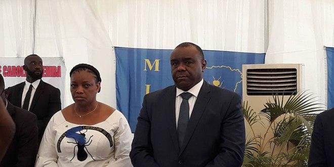 Jean-Pierre BEMBA et Eve BAZAIBA [a sa droite], lors d'une conférence de presse a Kinshasa.