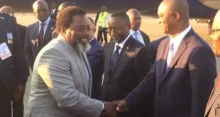 Joseph KABILA, president sortant de RDC, saluant son dauphin Ramazani SHADARY. Photo non dated.