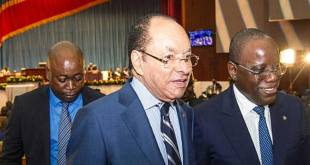 Léon Kengo Wa Dondo (au milieu) et Aubin Minaku (droite), respectivement présidents du Sénat et de l'assemblée en RDC.