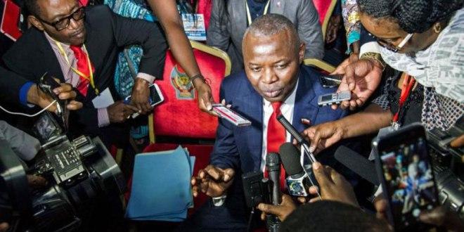 Vital KAMERHE LWA KANYINGINGYI, au milieu des journalistes.