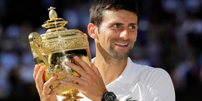 Novak Djokovic avec son trophée de Wimbledon 2018.