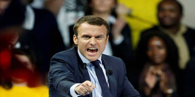 Emmanuel MACRON, avec un doigt pointé vers la foule. Il a l'air effrayant.
