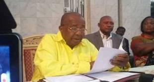 Gabriel KYUNGU WA KUMWANZA, lors d'une conférence de presse.