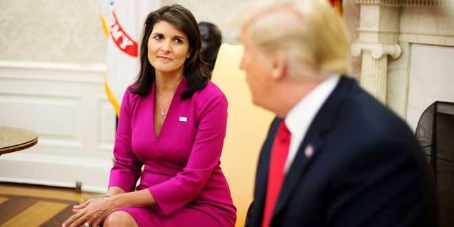 Nikki HALEY, entrain de regarder Donald TRUMP, après avoir annoncé sa démission.