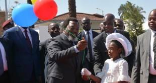 Joseph KABILA, president de RDC, tenant de balloons.