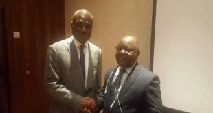 Poignée de main entre Martin FAYULU, candidat commun de l'opposition a la présidentielle et Mbusa NYAMWISI