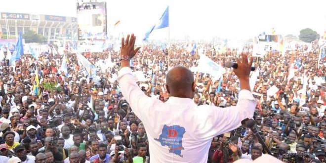 Martin FAYULU, saluant la foule, lors d'un meeting de l'Opposition a Kin.