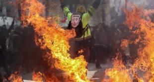 Un Gilet jaune lève les bras au ciel sur les Champs-Elysées le 16 mars 2019 à Paris