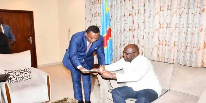 Fatshi, President de la RDC, en train de consulter un document.