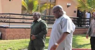 Fatshi [droite], président de RDC et son prédécesseur Joseph Kabila, entrain de marcher en parlant.