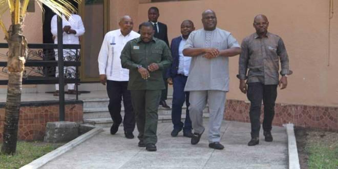 Joseph Kabila [gauche] et Fatshi [droite], président de la RDC, après une réunion.