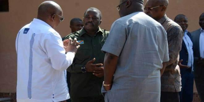 En pleine discussion - Francois MUAMBA [de dos a gauche], Joseph KABILA [tenue militaire au milieu] et Fatshi, président de la RDC [de dos devant].
