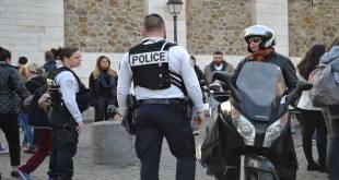 Contrôle de la police française a Paris.