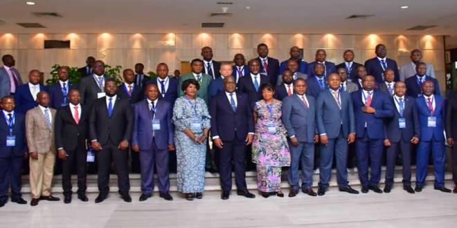 Au milieu entre deux femmes, le président Fatshi et entourer des Gouverneur de Province, Mai 2019.