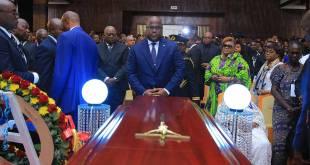 Fatshi, President de la RDC, devant le cercueil du Poète Lutumba, au Palais du Peuple.