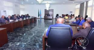 Fatshi, President de la RDC, devant près de drapeaux, lors d'une réunion.