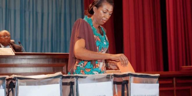 Jeannine MABUNDA, en train de voter au Parlement de la RDC.