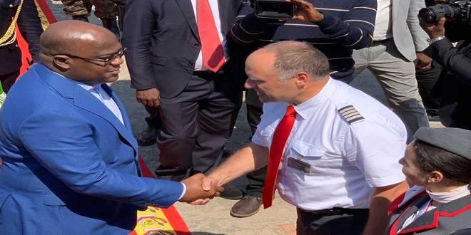 Poignée des mains entre Fatshi, President de la RDC et un pilote avant de monter à bord.