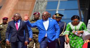 Fatshi, President de la RDC, waving hand at people.
