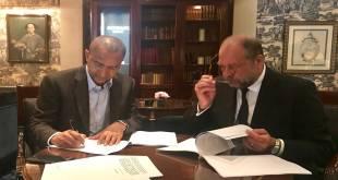 Moise Katumbi en train de signer une plainte déposée au UN Human Rights.