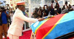Kinshasa - Un militaire se recueil devant le cercueil du Patriarche Etienne Tshisekedi Wa MUlumba.