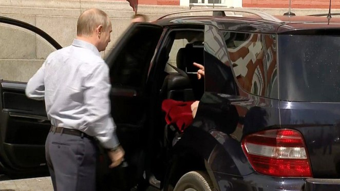 """""""The Lady in Red?"""": The identity of the mysterious passenger of Putin's car finally revealed (VIDEO)"""
