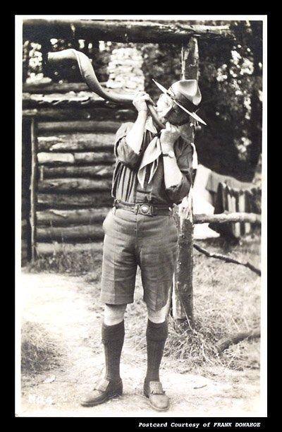 Baden-Powell souffle dans sa corne de Kudu