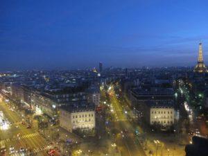 Vue de l'Arc de Triomphe sur les Champs Élysées et la Tour Eiffel