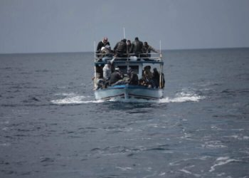 Un Italien débarque à Lampedusa sur un bateau de migrants