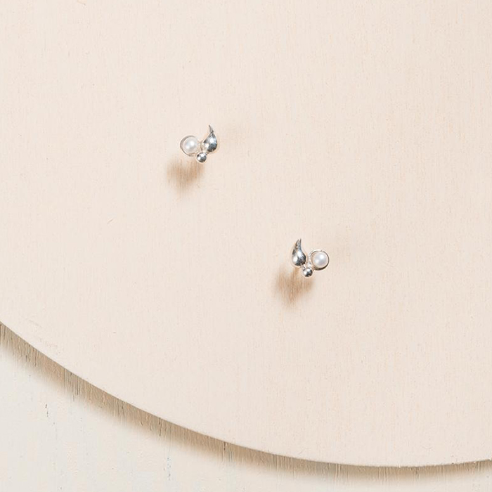 Boucles d'oreilles délicates en argent et perles d'eau douce par Camillette