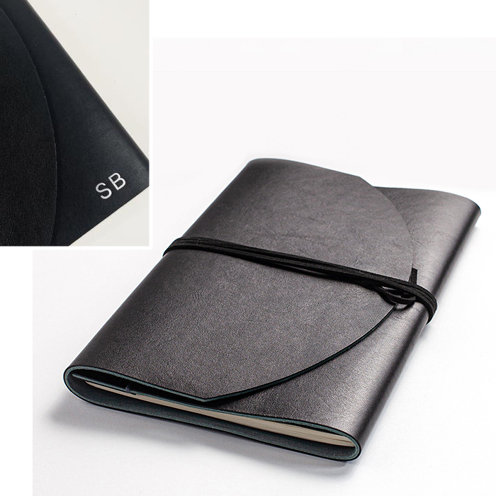 Pochette en cuir pour cahier de notes à personnaliser par Delphine Platten